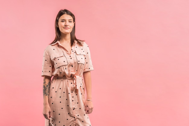 Aantrekkelijke positieve vrouw in jurk