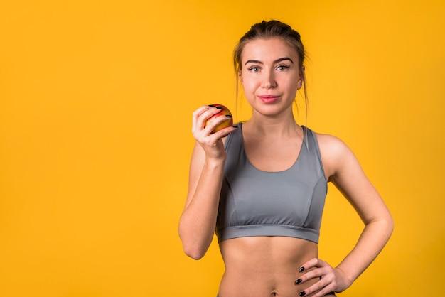 Aantrekkelijke positieve vrouw met fruit