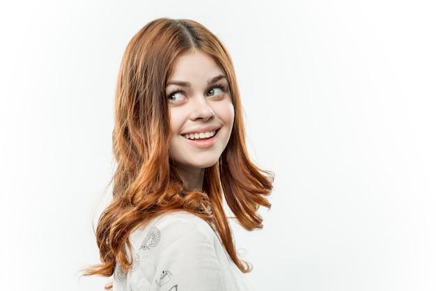 Aantrekkelijke roodharige vrouw cosmetica lichte achtergrond bijgesneden weergave