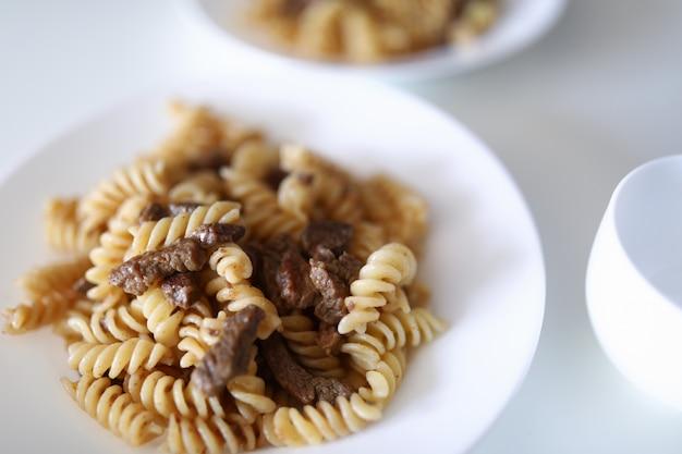 Aantrekkelijke schotel van pasta op tafel