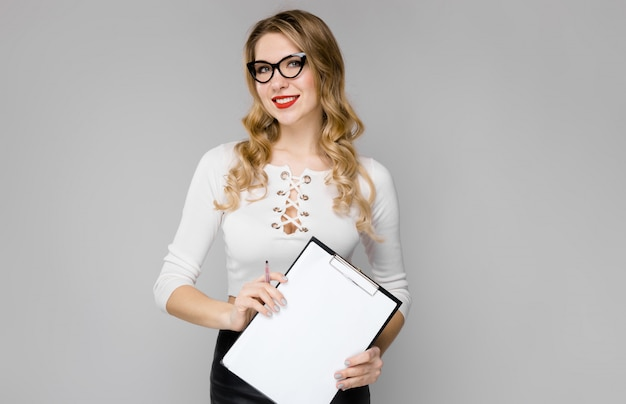 Aantrekkelijke secretaresse in formele kleding
