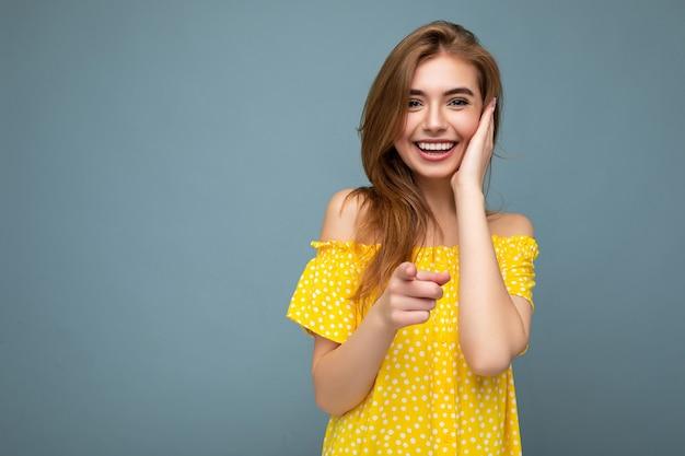 Aantrekkelijke sexy glimlachende knappe jonge blonde vrouw