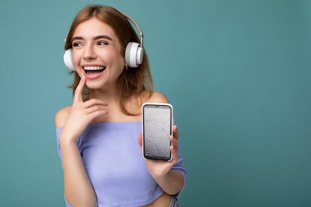 Aantrekkelijke sexy positief lachende jonge vrouw draagt stijlvolle casual outfit geïsoleerd op kleurrijke