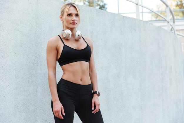 Aantrekkelijke sterke jonge sportvrouw