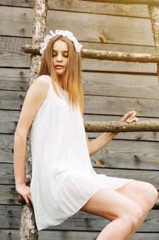 Aantrekkelijke tiener in witte kleding