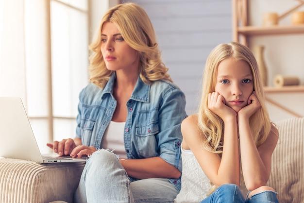 Aantrekkelijke triest tienermeisje kijkt naar de camera.