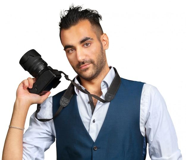 Aantrekkelijke volwassen die mens met een camera op wit wordt geïsoleerd