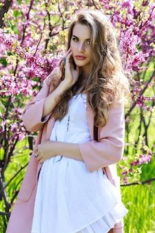 Aantrekkelijke vrij jonge vrouw in lichte witte kleding
