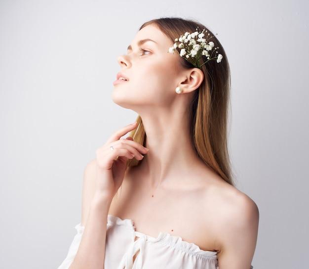 Aantrekkelijke vrouw charmante look glamour lichte achtergrond