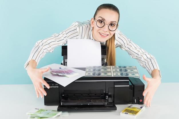 Aantrekkelijke vrouw contant geld afdrukken