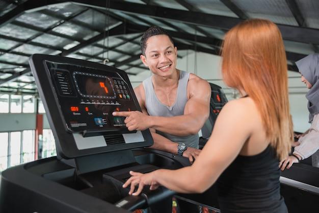 Aantrekkelijke vrouw die aan haar trainer bespreekt