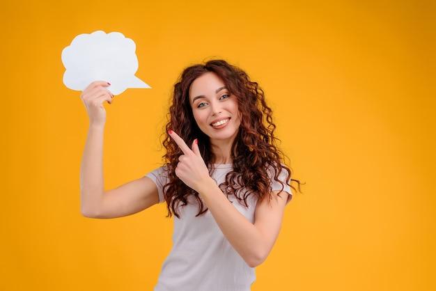 Aantrekkelijke vrouw die een gedachte heeft en op nieuw idee in vorm van wolk richt