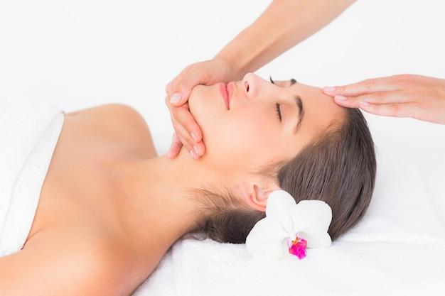 Aantrekkelijke vrouw die hoofdmassage ontvangt op kuuroordcentrum