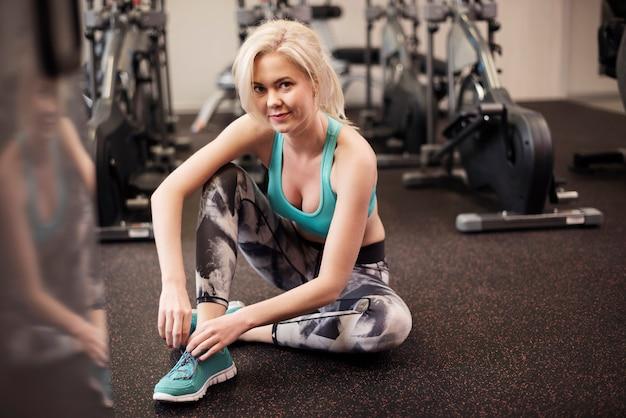 Aantrekkelijke vrouw die na training rust