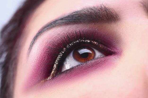 Aantrekkelijke vrouw die op close-up kijkt