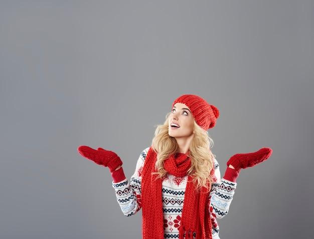 Aantrekkelijke vrouw die op de sneeuw wacht