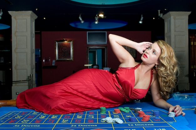 Aantrekkelijke vrouw die plezier heeft in een casino terwijl ze wint