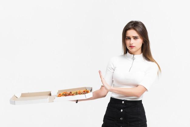 Aantrekkelijke vrouw die van pizza weigert, is zij op het dieet.