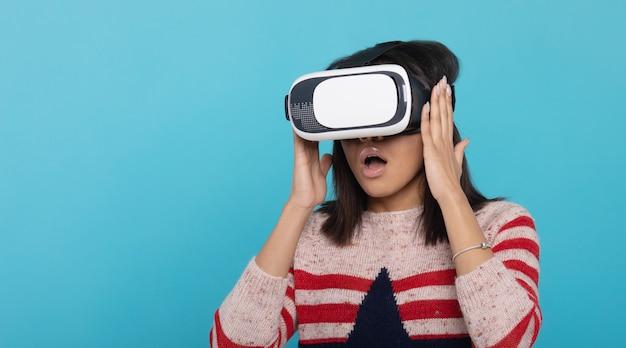 Aantrekkelijke vrouw die virtuele werkelijkheidsbeschermende brillen draagt. vr-headset. virtual reality concept.