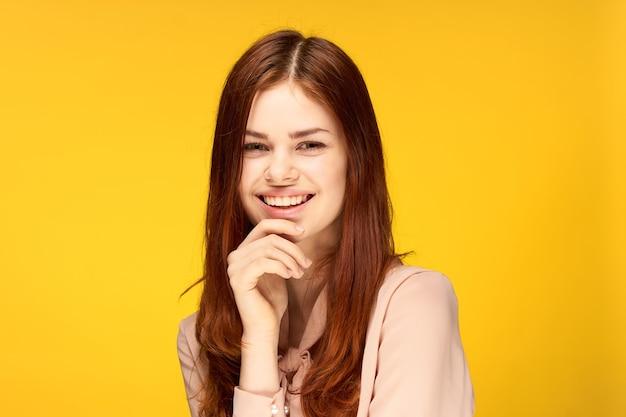 Aantrekkelijke vrouw emotie studio mode bijgesneden weergave geel