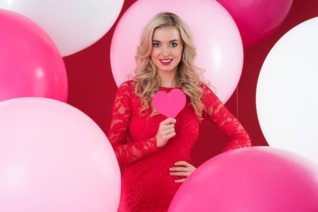 Aantrekkelijke vrouw en overvloed aan ballonnen
