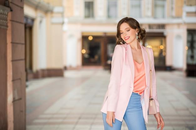 Aantrekkelijke vrouw gekleed in trendy outfit wandelen in de straat van milaan tijdens het winkelen