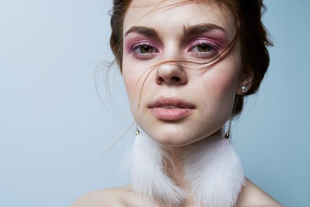 Aantrekkelijke vrouw glamour naakte schouders duidelijk huid versheid heldere make-up close-up. hoge kwaliteit foto