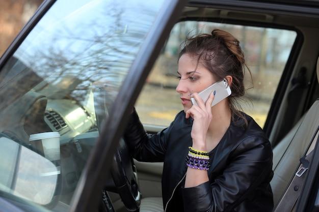 Aantrekkelijke vrouw in de auto