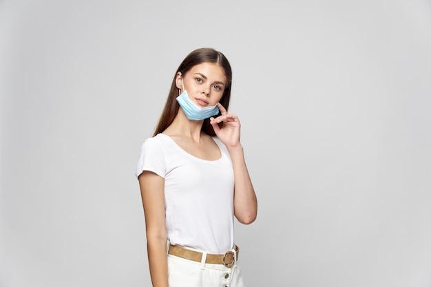 Aantrekkelijke vrouw in een medisch geïsoleerd masker