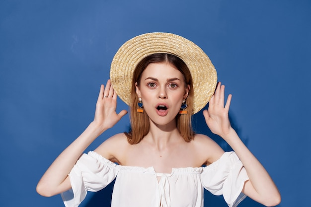 Aantrekkelijke vrouw in hoed decoratie poseren studio blauwe achtergrond