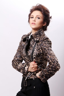 Aantrekkelijke vrouw in lederen jas