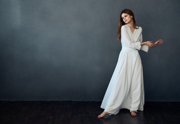Aantrekkelijke vrouw in witte grijze kledingsglamour