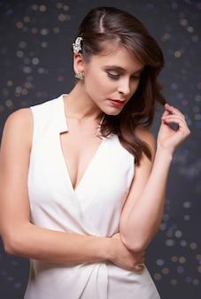 Aantrekkelijke vrouw in witte kleding