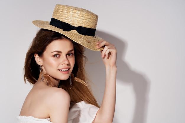 Aantrekkelijke vrouw lichte make-up witte jurk geïsoleerde achtergrond. hoge kwaliteit foto