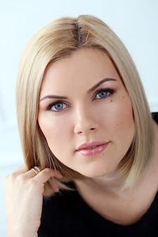 Aantrekkelijke vrouw met blauwe ogen