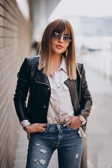 Aantrekkelijke vrouw met blond haar poseren op straat