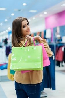 Aantrekkelijke vrouw met boodschappentassen