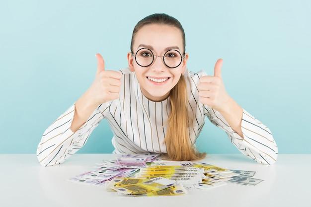 Aantrekkelijke vrouw met contant geld