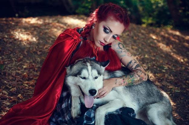 Aantrekkelijke vrouw met de hond. huskies.