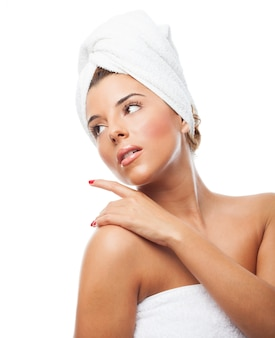 Aantrekkelijke vrouw met een handdoek over het hoofd weg te kijken