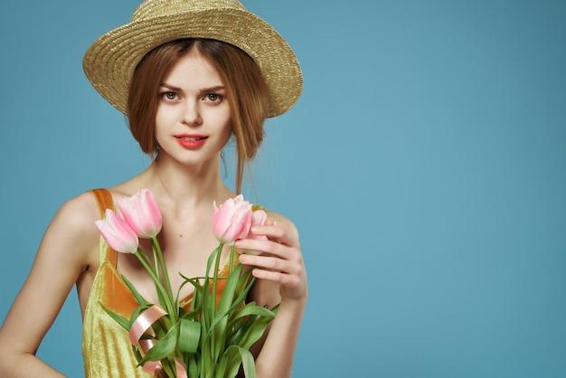 Aantrekkelijke vrouw met hoed bloemen decoratie zomervakantie