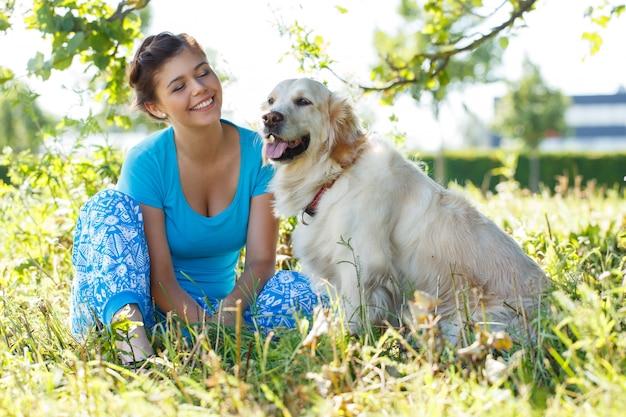 Aantrekkelijke vrouw met hond