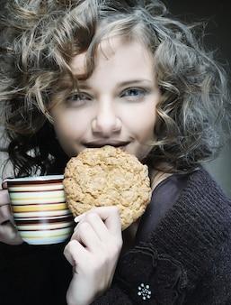 Aantrekkelijke vrouw met koffie en cake