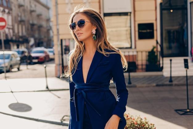 Aantrekkelijke vrouw met lang haar poseren in de stad