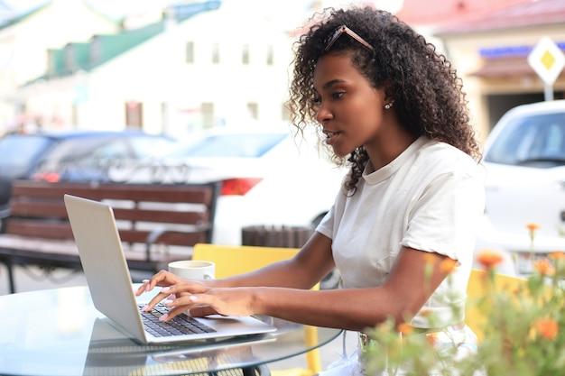 Aantrekkelijke vrouw met laptop in café. concept van ondernemer, zakenvrouw, freelance werknemer.