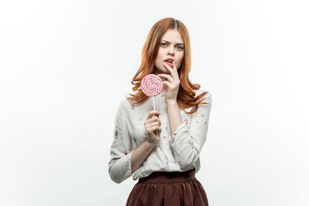 Aantrekkelijke vrouw met lolly in handen emoties vreugde genot.