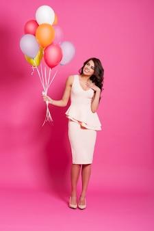 Aantrekkelijke vrouw met multi gekleurde ballons