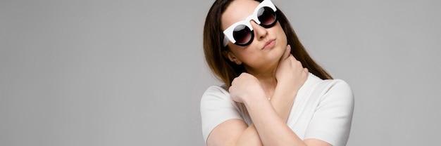 Aantrekkelijke vrouw met overgewicht in zonnebril