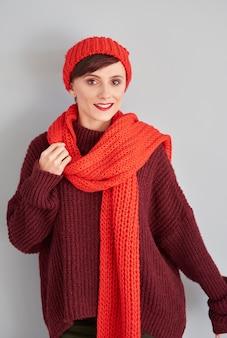 Aantrekkelijke vrouw met rode pet en sjaal