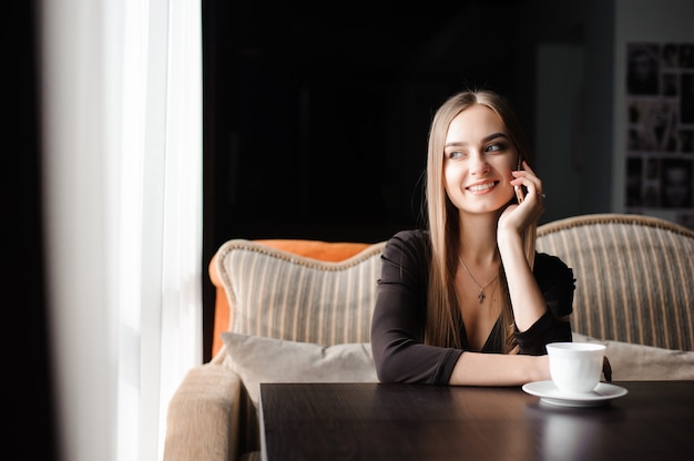 Aantrekkelijke vrouw met schattige glimlach praten gesprek